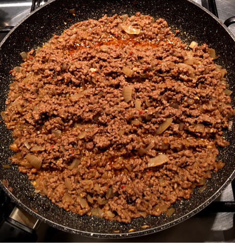 ひき肉とスパイスを炒めます